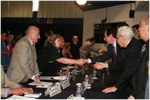 Leopoldo Silva Gutiérrez, Secretario Administrativo de la UNAM y Bertha Rodríguez Sámano, Secretaria General de la AAPAUNAM, se saludan al término de las pláticas en la Mesa Bilateral de negociaciones